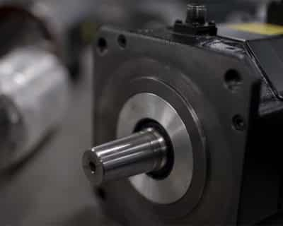 Diferencias entre servo motor y un motor de corriente alterna con variador de frecuencia.
